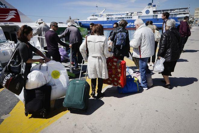 Σε εξέλιξη η πασχαλινή έξοδος των εκδρομέων από το λιμάνι του Πειραιά