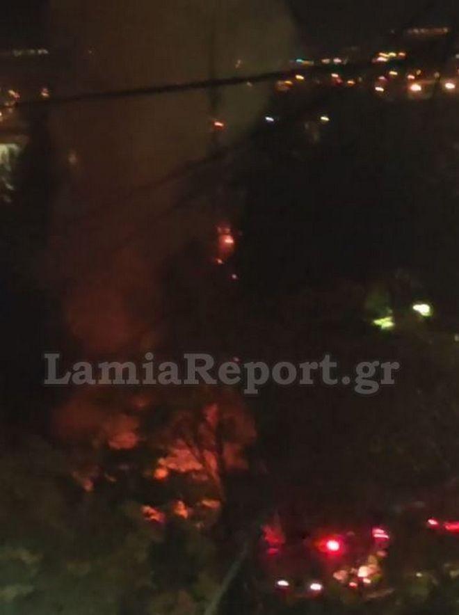 Λαμία: Φωτιά με εκρήξεις σε τροχόσπιτο έξω από το Στρατόπεδο Τσαλτάκη