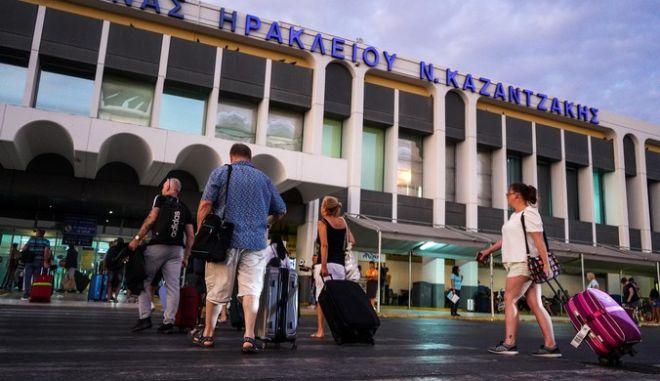 Βρετανοί τουρίστες στο αεροδρόμιο του Ηρακλείου Κρήτης ετοιμάζονται για αναχώρηση μετά την χρεοκοπία του ταξιδιωτικού γραφείου Thomas Cook