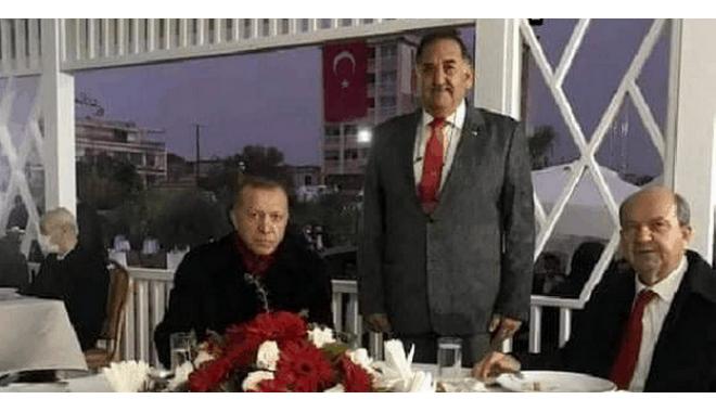 Ο Ερντογάν φωτογραφίζεται με τον δολοφόνο του Σολωμού