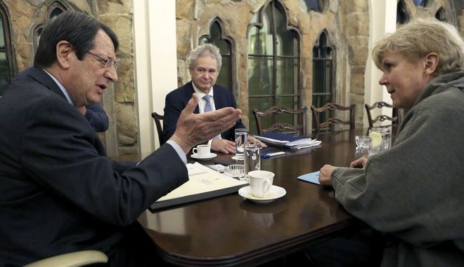 Ο Κύπριος πρόεδρος Νίκος Αναστασιάδης και η απεσταλμένη του ΟΗΕ Τζέιν Χολ Λουτ σε συνάντησή τους στην Λευκωσία τον Φεβρουάριο του 2019