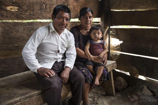 Ο Domingo μαζί με τη γυναίκα του και το μικρότερο από τα έξι παιδιά τους