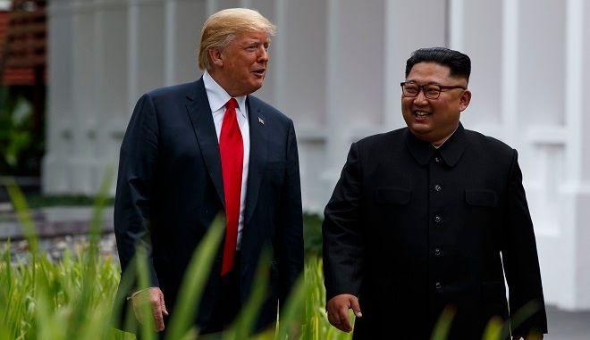 Περίπατος του Ντόναλντ Τραμπ με τον Κιμ Γιονγκ Ουν στην Σιγκαπούρη, στις 12 Ιουνίου 2018