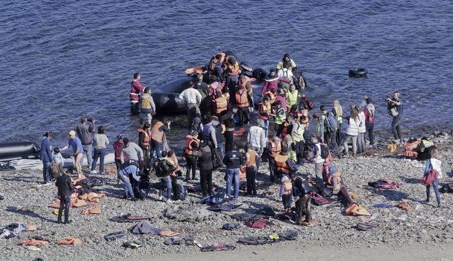Λέσβος - Πρόσφυγες φτάνουν στο νησί με βάρκες (φωτογραφία αρχείου)