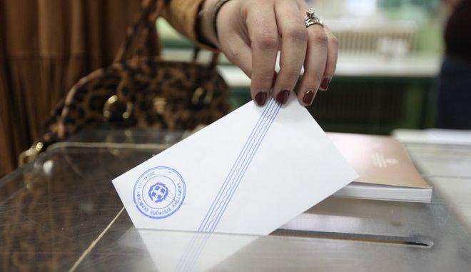 Στιγμιότυπο από την εκλογική διαδικασία σε εκλογικό τμήμα του Τυρνάβου Λάρισας την Κυριακή 25 Ιανουαρίου 2015. (EUROKINISSI/ΚΩΣΤΑΣ ΜΑΝΤΖΙΑΡΗΣ)