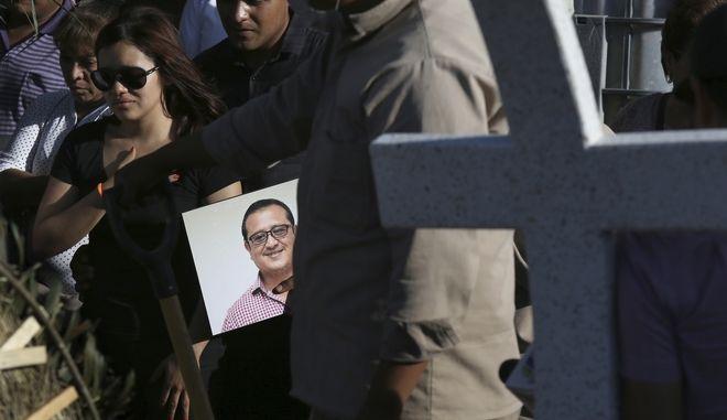 Στιγμιότυπο από την κηδεία του δολοφονηθέντος δημοσιογράφου Hector Gonzalez Antonio στο Μεξικό
