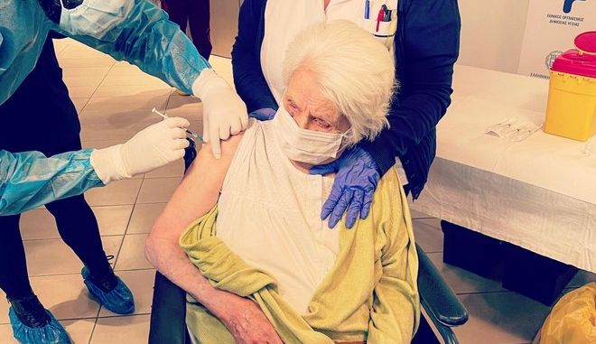 Μήνυμα ελπίδας στη Θεσσαλονίκη: Επιζήσασα του Άουσβιτς, η πρώτη που εμβολιάστηκε σε δομή ηλικιωμένων