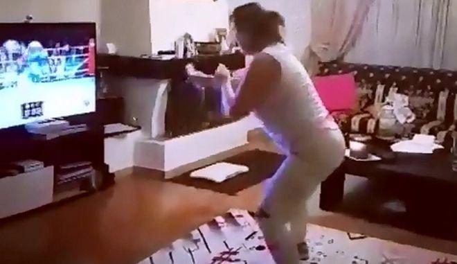 Θεά: Η Άντζελα Δημητρίου παίζει video game τραγουδώντας το νέο της κομμάτι