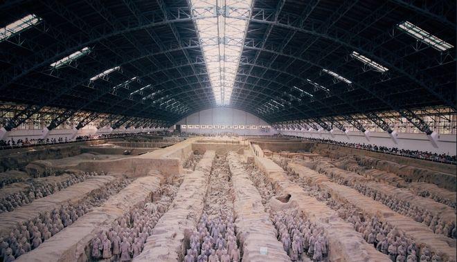 Ζάο Κανγκμίν ήταν ο πρώτος αρχαιολόγος που ταυτοποίησε τα πήλινα αγάλματα τα οποία είχαν βρει προηγουμένως αγρότες στην προσπάθεια τους να ανοίξουν ένα πηγάδι το 1974