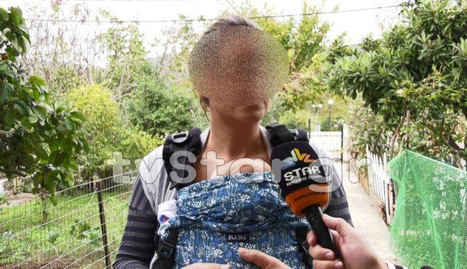 Λαμιώτισσα έσωσε κουτάβια με το γάλα του μωρού της