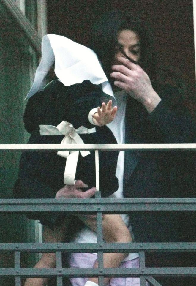 21 Νοεμβρίου του 2002 - Ο Michael Jackson κρατάει την Paris Katherine στο Adlon hotel του Βερολίνου