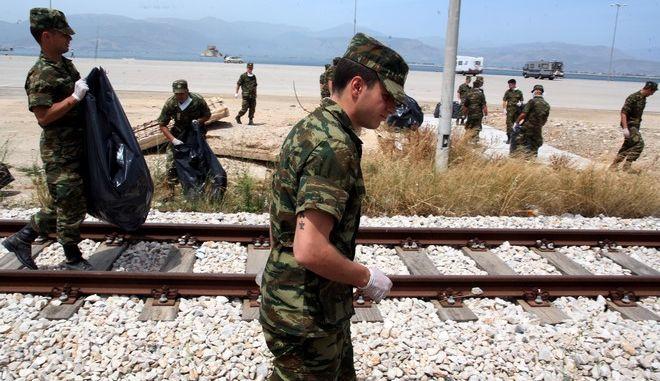 ΝΑΥΠΛΙΟ-Σε μία συντονισμένη προσπάθεια για την προστασία του περιβάλλοντος, στρατιώτες του KEMX προχώρησαν στον καθαρισμό της περιοχής γύρω από το λιμάνι της πόλης του Ναυπλίου. Συγκεκριμένα, οπλίτες μαζί με αξιωματικούς στα πλαίσια της κοινωνικής προσφοράς αλλά και της προστασίας του περιβάλλοντος συμμετείχαν στον καθαρισμό του λιμανιού σε συνεργασία με το δήμο Ναυπλίου .Στην περιοχή ολοένα και πληθαίνουν οι πρωτοβουλίες ιδιωτών, φορέων και συλλόγων για δράσεις που έχουν να κάνουν με τη βελτίωση της εικόνας των δρόμων, των παραλιών και γενικότερα της Αργολίδας και της ποιότητας ζωής των κατοίκων της, αφού οι υπεύθυνοι φορείς, όπως ο δήμος, αδυνατούν λόγω έλλειψης κονδυλίων να προβούν στις απαιτούμενες ενέργειες. (EUROKINISSI/ΒΑΣΙΛΗΣ ΠΑΠΑΔΟΠΟΥΛΟΣ)