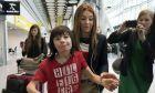 Ο Μπίλι Κάλντγουελ με την μητέρα του Σάρλοτ, στο αεροδρόμιο του Χίθροου όπου και τους κατασχέθηκε το έλαιο κάνναβης