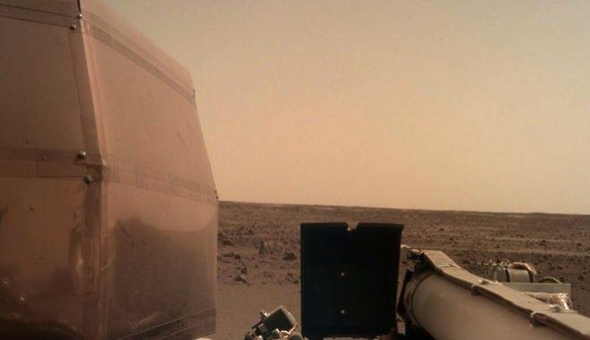 H πρώτη φωτογραφία του InSight από την επιφάνεια του Άρη