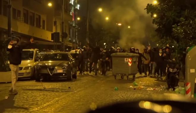 Επεισόδια σημειώθηκαν στη Νάπολη σε πορεία διαμαρτυρίας για τη νυχτερινή απαγόρευση κυκλοφορίας