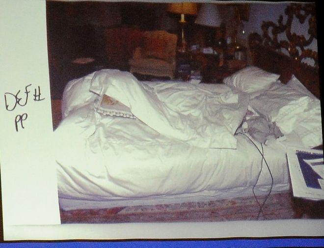 Φωτογραφία από το δωμάτιο του Μάικλ Τζάκσον, όπως παρουσιάστηκε στο δικαστήριο που εξέτασε τις συνθήκες γύρω από το θάνατό του και πρότεινε την ενοχή του γιατρού του Δρ. Κόνραντ Μάρεϊ