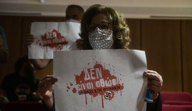 """Παρέμβαση με πλακάτ στην δίκη της """"Χρυσής Αυγής"""" της καμπάνιας """"Δεν Είναι Αθώοι"""""""
