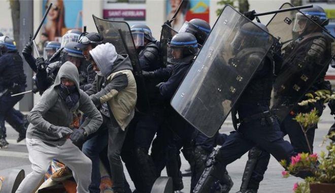 Γαλλία: Οκτώ μήνες φυλάκιση για αστυνομικό που χτύπησε μαθητή σε διαδήλωση