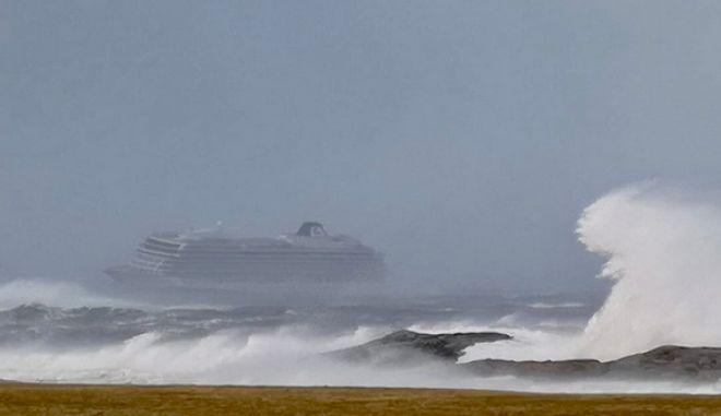 Νορβηγία: Ακυβέρνητο κρουαζιερόπλοιο - Με ελικόπτερα απομακρύνονται οι 1.300 επιβάτες