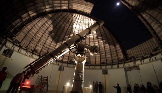 Κόσμος παρατηρεί τον ουρανό από το διοπτρικό τηλεσκόπιο 62.5 εκ. Newall του Κέντρου Επισκεπτών του Ινστιτούτου Αστρονομίας, Αστροφυσικής, Διαστημικών Εφαρμογών και Τηλεπισκόπησης στην Πεντέλη