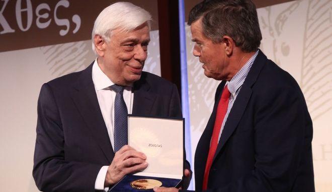 Ο Προκόπης Παυλόπουλος βραβεύει τον Αθανάσιο Μαρτίνο