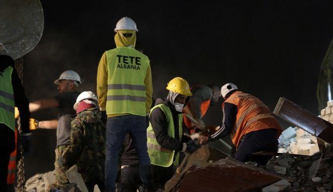 Διασώστες στην Αλβανία μετά το μεγάλο σεισμό