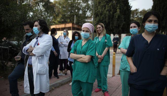 """Γιατρούς και νοσηλευτές στο Νοσοκομείο """"Ασκληπιείο"""" στην Βούλα, 2 Μαϊου 2020"""