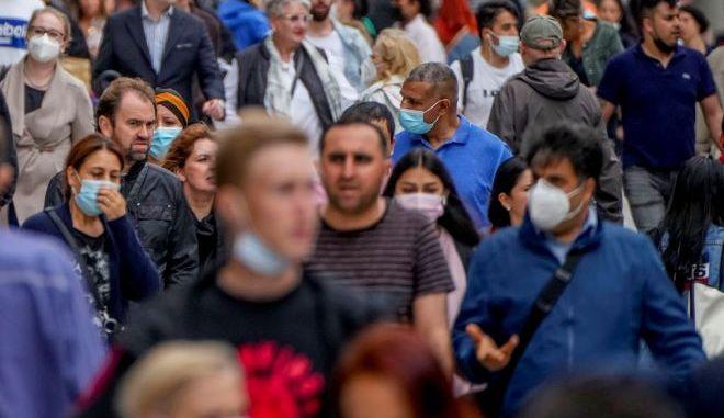 Άνθρωποι με μάσκες στην Γερμανία