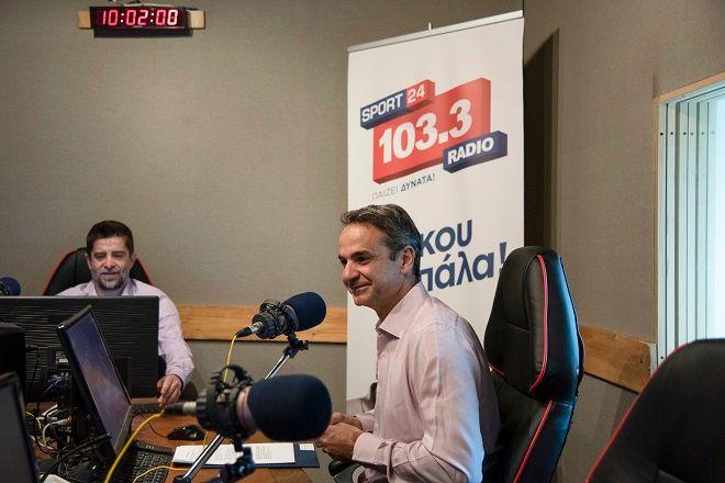 O πρόεδρος της Νέας Δημοκρατίας, Κυριάκος Μητσοτάκης, στο στούντιο του Sport24 Radio με τον διευθυντή του ραδιοφωνικού σταθμού Παντελή Διαμαντόπουλο.