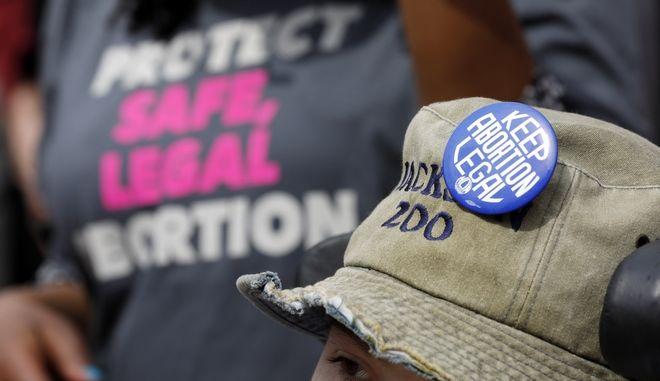Καρέ από πορεία διαμαρτυρίας υπέρ της νομιμοποίησης της έκτρωσης