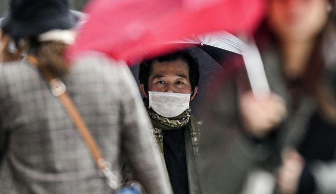 Άντρας με μάσκα προστασίας από τον κορονοϊό