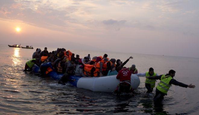 Φωτογραφία αρχείου - Πρόσφυγες και μετανάστες που φτάνουν στην ακτή