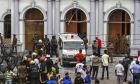 Διασώστες έξω από εκκλησία μετά από βομβιστική επίθεση στη Σρι Λάνκα