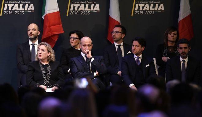 Φωτογραφία από τις ιταλικές εκλογές της 4ης Μαρτίου, τα ιταλικά μέσα ενημέρωσης προβάλουν τον Τζουζέπε Κόντε (εμφανίζεται κάτω δεξιά στη μέση) υποψήφιο για τη θέση του πρωθυπουργού