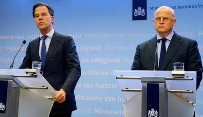 O Ολλανδός Πρωθυπουργός Μαρκ Ρούτε αριστερά
