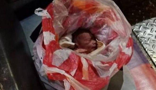 Συγκινητικό βίντεο: Περαστικοί έσωσαν μωρό που εγκαταλείφθηκε τυλιγμένο σε σακούλες