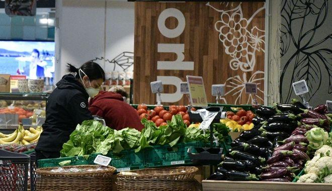 Αγορές σε σούπερ μάρκετ. Φωτο αρχείου.