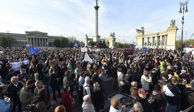 Χιλιάδες στους δρόμους κατά του ελέγχου των ΜΜΕ από την κυβέρνηση