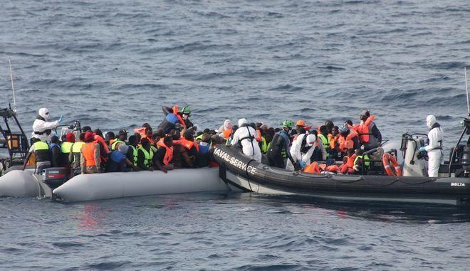 Μετανάστες ανοιχτά της Ιταλίας