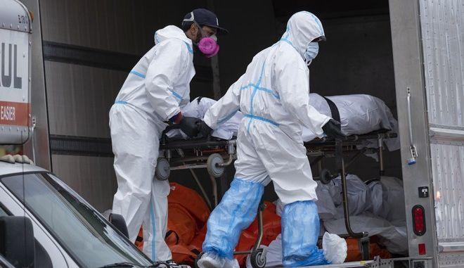 Ασθενοφόρο στις ΗΠΑ για περιπτώσεις κορονοϊού (AP Photo/Craig Ruttle)