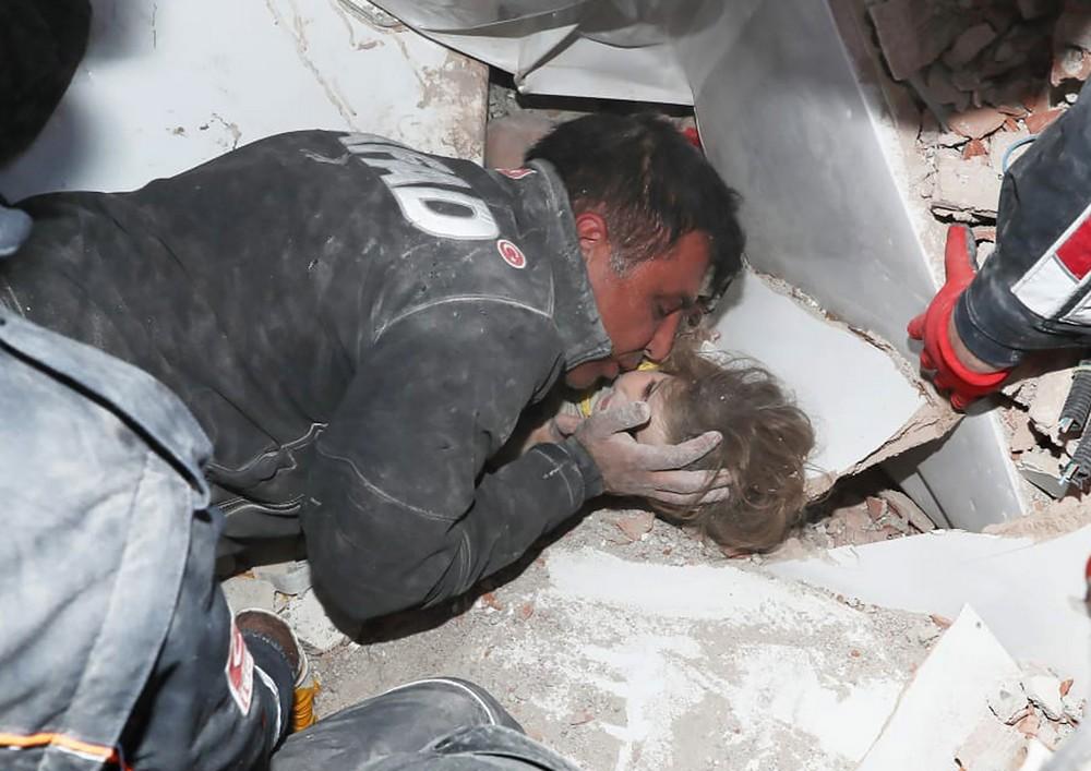 Τετράχρονο κοριτσάκι ανασύρθηκε ζωντανό στα συντρίμμια 4 ημέρες μετά από το μεγάλο σεισμό στην Τουρκία