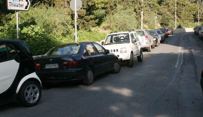 Παρκαρισμένα αυτοκίνητα στο Κολωνάκι. Φωτό αρχείου.