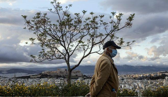 Άνδρας με μάσκα στο κέντρο της Αθήνας