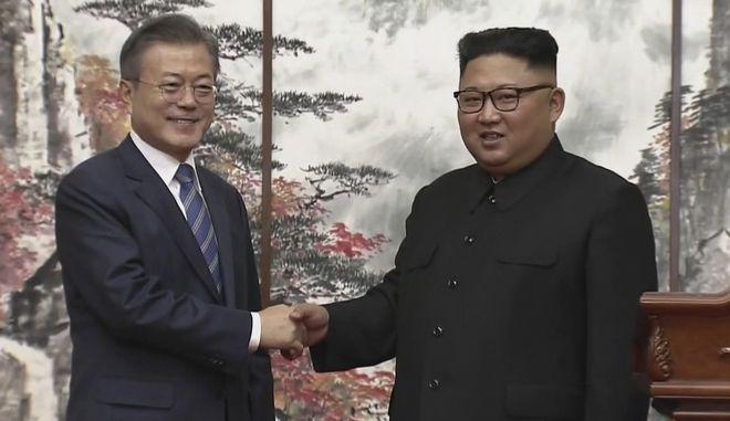 Ο ηγέτης της Βορείου Κορέας Κιμ Γιονγκ Ουν και ο πρόεδρος της Νοτίου Κορέας Μουν Τζε-Ιν δίνουν τα χέρια μετά την τρίτη σύνοδο της κορεατικής χερσονήσου