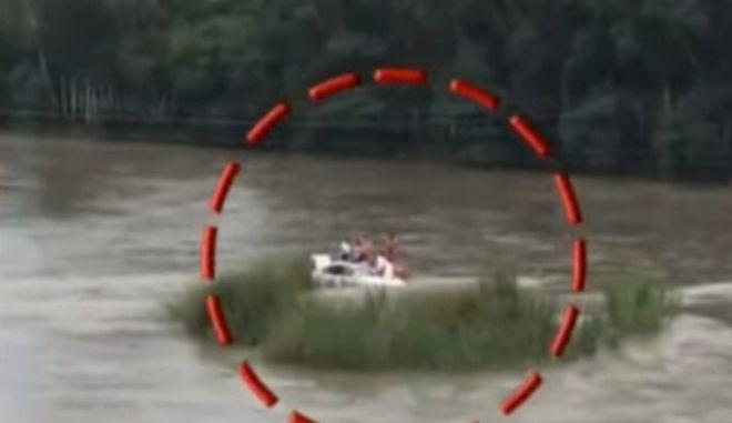 Εικόνα από το αυτοκίνητο που κατέληξε στο ποτάμι