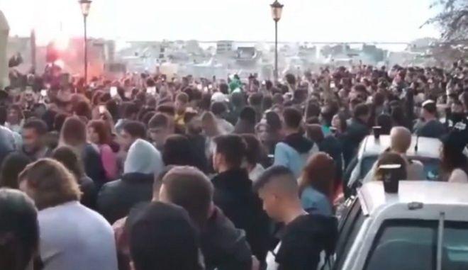 Υπαίθριο κορονοπάρτι στην Πάτρα