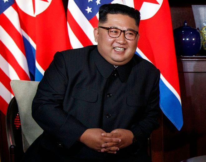 Ο Κιμ Γιονγκ Ουν χαμογελά κατά την συνάντηση με τον Ντόναλντ Τραμπ στην Σιγκαπουρη στις 12 Ιουνίου 2018