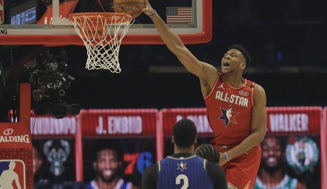 Ο Giannis Antetokounmpo από τους Milwaukee Bucks καρφώνει κατά τη διάρκεια του NBA All-Star Game την Κυριακή 16 Φεβρουαρίου 2020 στο Σικάγο