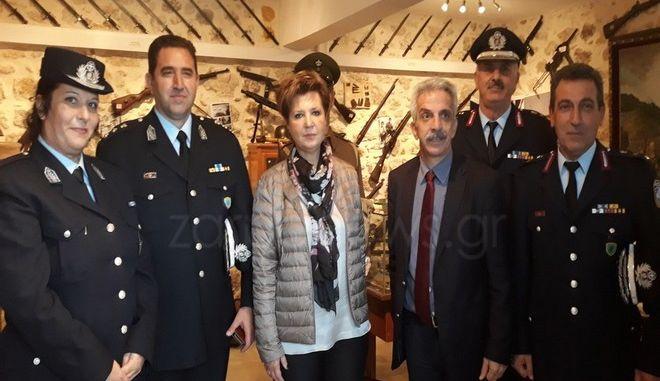 Η Όλγα Γεροβασίλη με στελέχη της ΕΛΑΣ στην Κρήτη