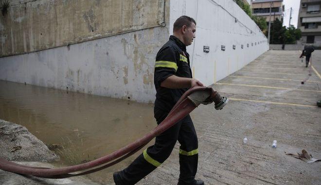 Πυροσβέστης επιχειρεί για την άντληση υδάτων σε πλημμυρισμένη κατοικία
